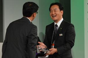 優勝した橋本さんへの授与